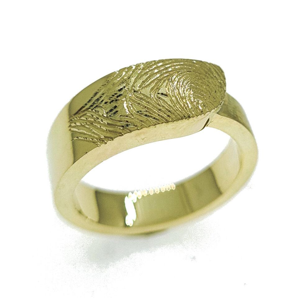 Ring geelgoud, vingerafdruk en as - Edelesmederij Puur & Pracht